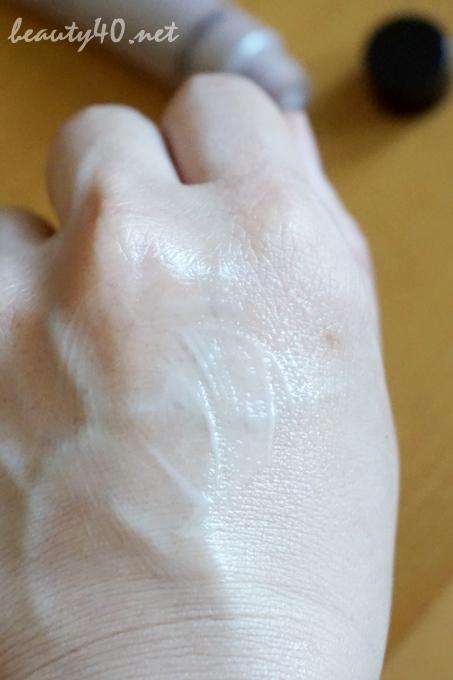 手になじませるとしっとり 乳液状美容液・BRIGHT AGE (5)